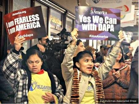 Illegal-women-with-signs-Yes-We-Can-with-DACA-DAPA-Pat-Sullivan-Associated-Press-640x480