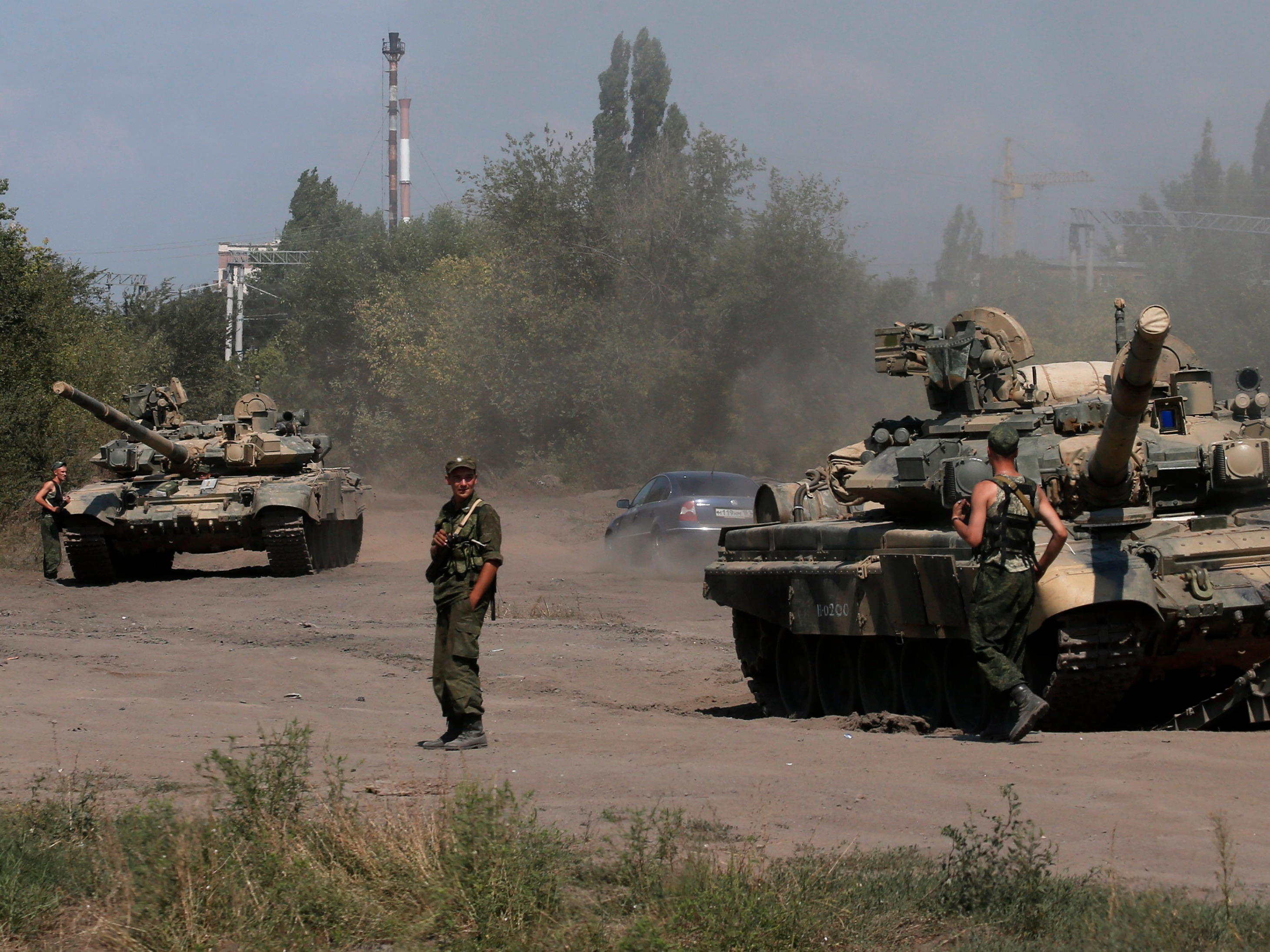 us-officials-russia-is-positioning-tanks-at-a-key-syrian-airfield